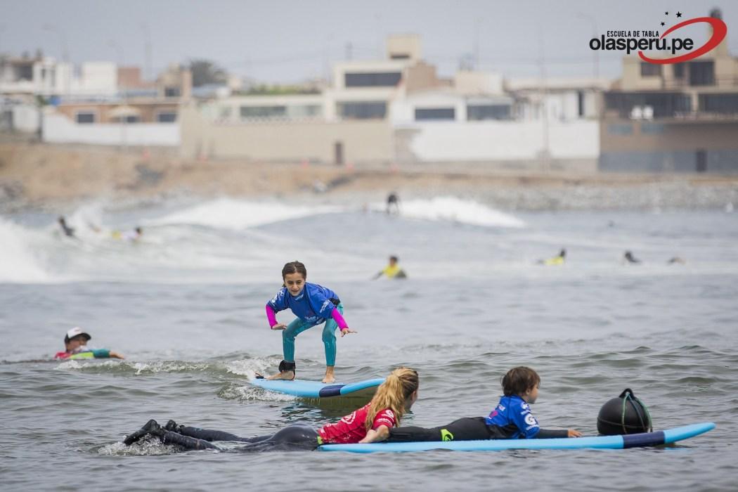 Clases de surf Mini Groms Escuela de Tablas Olas Perú